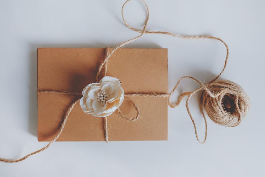 cutie cadou cu floricica si snur
