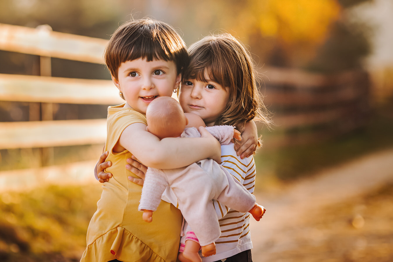 fetite care imbratiseaza o papusa