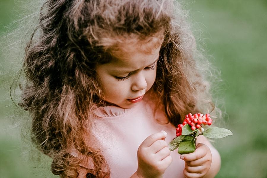 Fetita care imbratiseaza un catel
