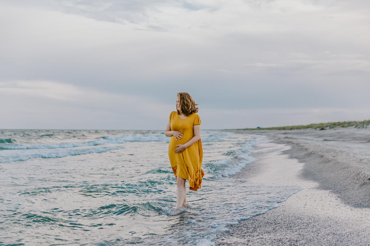 femeie insarcinata la mare